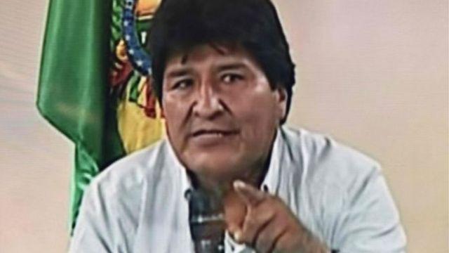 Morales comunicou sua decisão em um pronunciamento na televisão ao lado de seu vice-presidente