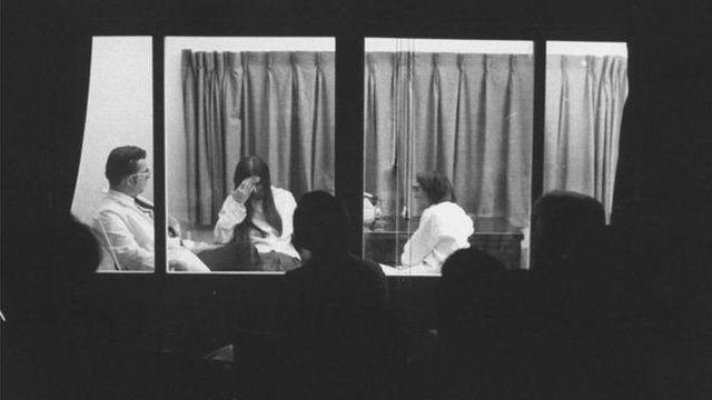 Elisabeth Kübler-Ross 1969'da Chicago'da bir lösemi hastası ile mülakat yaparken izleyiciler de tek yönlü aynanın arkasından izliyor