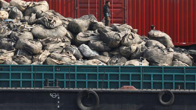 朝鮮新義州鴨綠江上的貨船