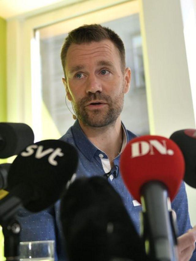 Johan en una conferencia de prensa tras su liberación.