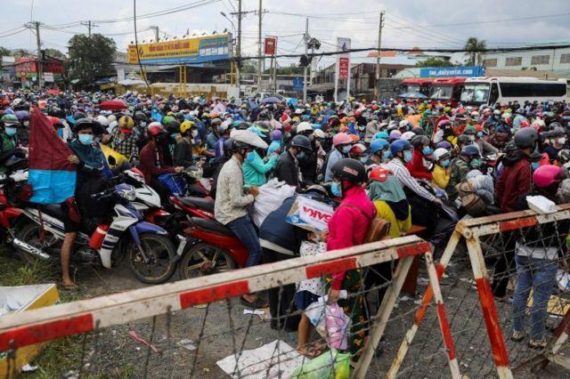 Người dân muốn rời khỏi TPHCM ngày 1/10