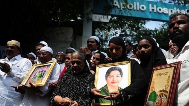 चेन्नई में अपोलो अस्पताल के बाहर दुआएं करते लोग.