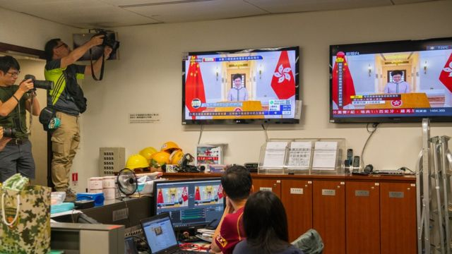 这是香港主权移交以来,行政长官第一次无法在立法会会议厅发表报告,改以电视讲话形式发表。