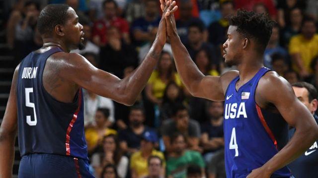 Kevin Durant y Jimmy Butler celebran
