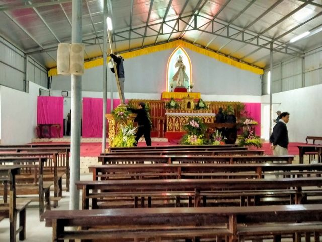 Giáo dân dựng lại bàn thờ Chúa trong nhà thờ tạm chiều 4-2