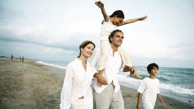 Familia vestida de blanco.