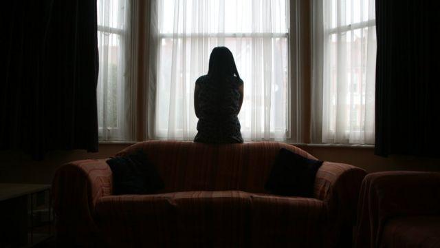 Devojka ispred prozora
