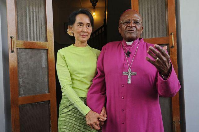 Aung San Suu Kyi y Desmond Tutu el 26 de febrero de 2013 en Rangún, Myanmar.
