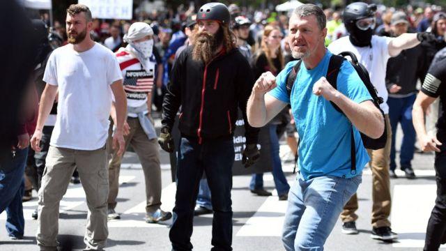 一名男子緊握拳頭,似作凖備跟其他人打架。