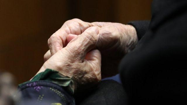 30일 대법원에서 이춘식(94) 할아버지의 손을 이희자 태평양전쟁피해자보상추진협의회 대표가 잡고 있다