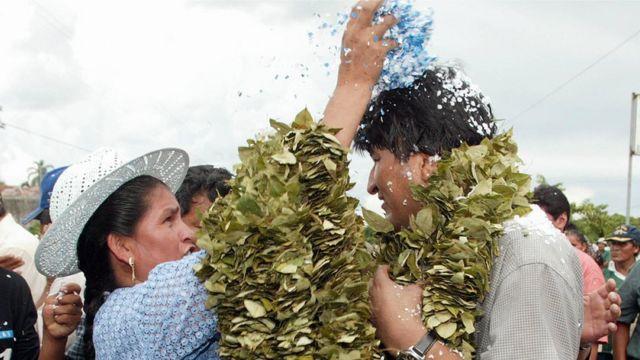 Una mujer arroja confeti sobre Evo Morales
