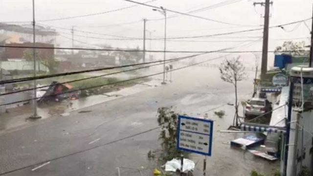 Typhoon Damrey batters a street in Nha Trang, Vietnam (04 November 2017)