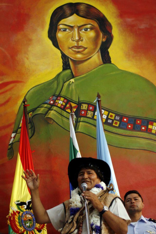 Evo Morales, expresidente de Bolivia, con una imagen de Bartolina Sisa