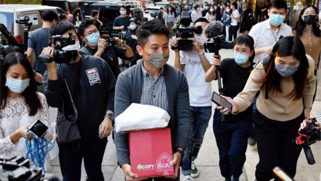 《新闻刺针》记者收拾物品离开有线大楼。
