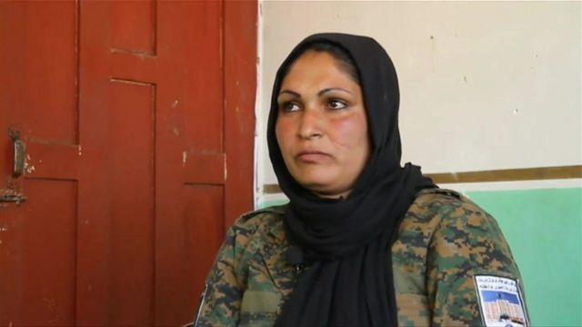 Polis memuru Momena Karbalayee