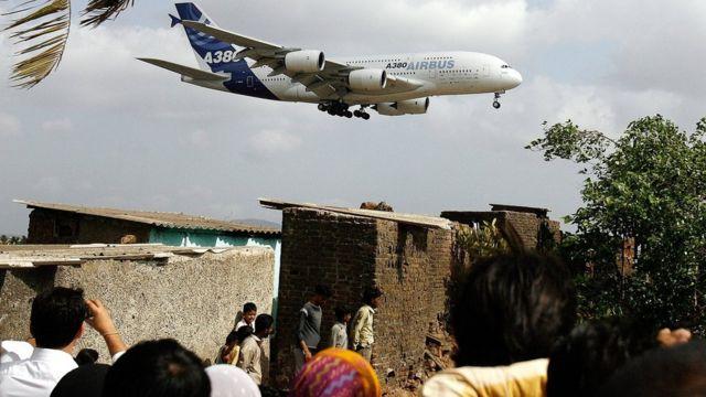 हवाई अड्डे पर उतरने की तैयारी में एक विमान