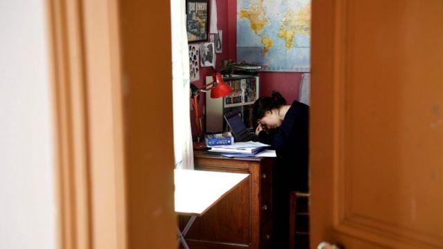 Menina estudando em casa na França