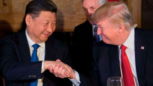 Donald Trump dándose la mano con Xi Jinping durante una cena en Mar-a-Lago, West Palm Beach, Florida.