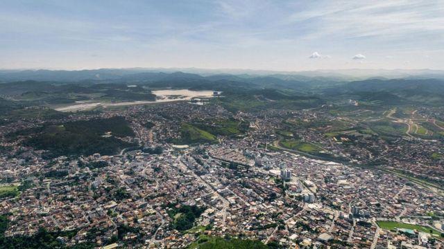 Foto da cidade de Itabira com a barragem do Pontal ao fundo