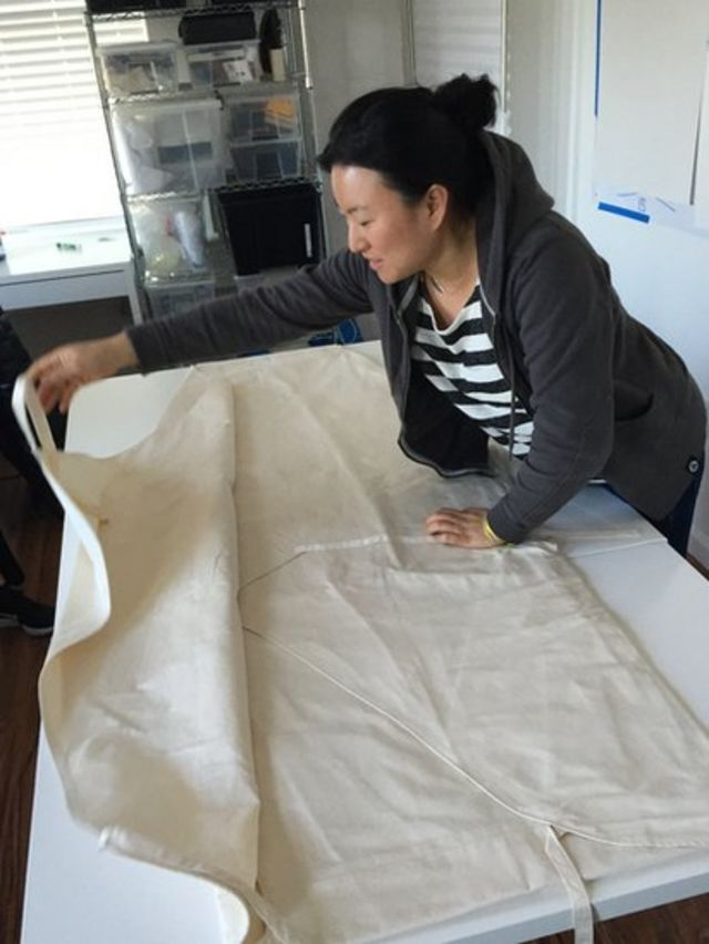 Jae Rhim Lee muestra una bolsa blanca ecológica que sustituye un ataúd.