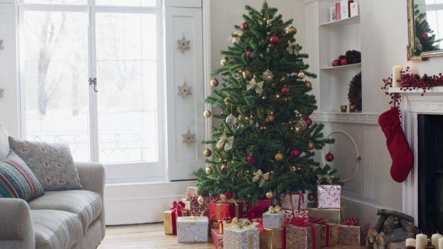 Um árvore de Natal com presente à volta