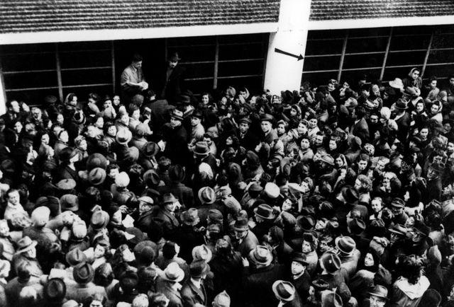 Miles de personas buscando cartas de protección (Foto: Archiv für Zeitgeschichte, ETH Zurich)