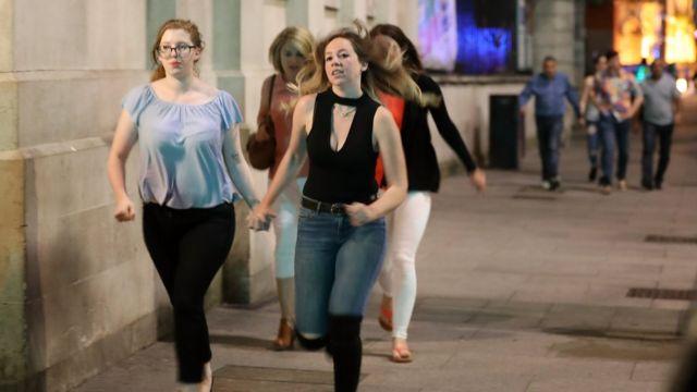 Peatones salen corriendo del Puente de Londres