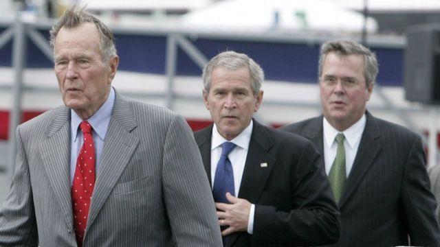 جورج اچ دبلیو بوش (چپ) و پسرش (وسط) به همراه جب بوش (راست) از چهره های برجسته جمهوریخواهان، مخالف دونالد ترامپ هستند