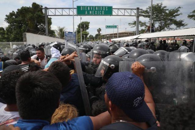 Bajo el cartel de bienvenidos a México.