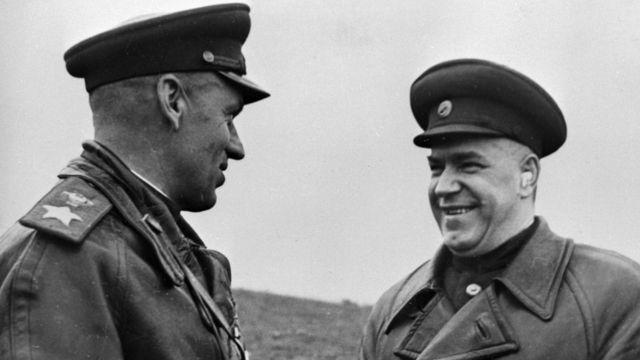Маршалы Георгий Жуков (справа) и Константин Рокоссовский в Польше, 1 октября 1944 года