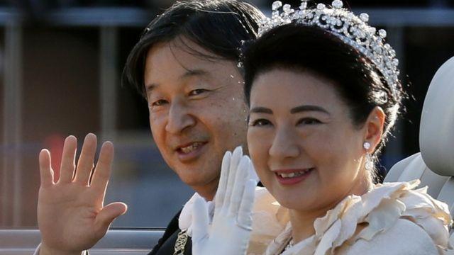 即位を祝うパレードで遠藤の人々に手を振る天皇、皇后両陛下(10日、都内)