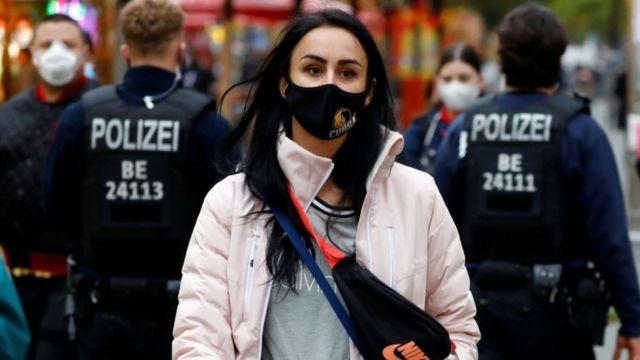 Policiais verificam se as pessoas usam máscaras nas ruas da Alemanha