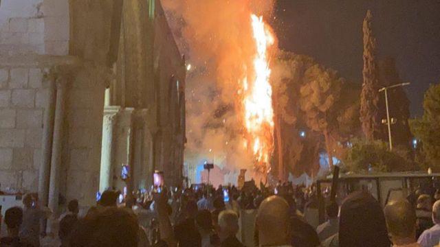İddia edildiği gibi Mescid-i Aksa değil, yakınlarındaki bir ağaç yandı.