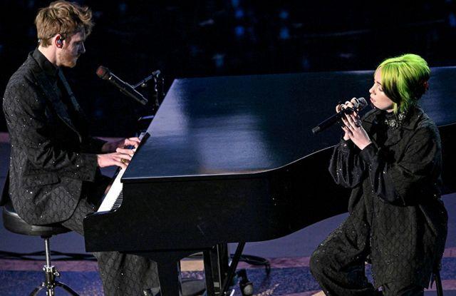 Finneas O'Connell y Billie Eilish cantando en el escenario