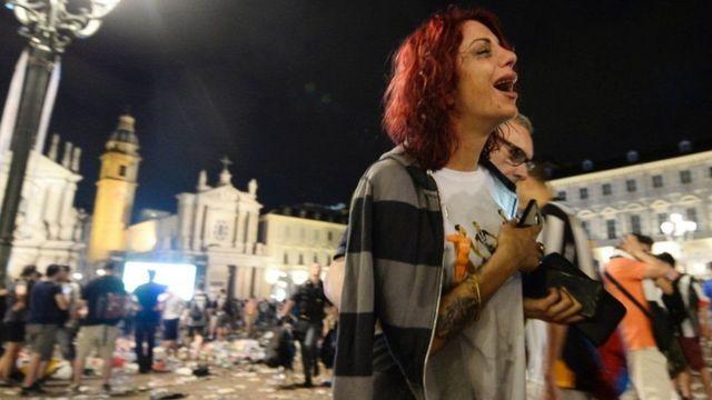 Mujer saliendo de la plaza San Carlo