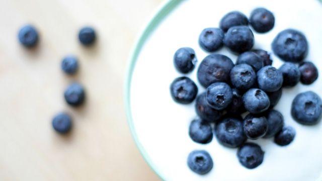 Algunos estudios indican que aquellos que consumen mucho yogur tienen menos riesgo de sufrir obesidad, y menos aún si consumen fruta con regularidad.