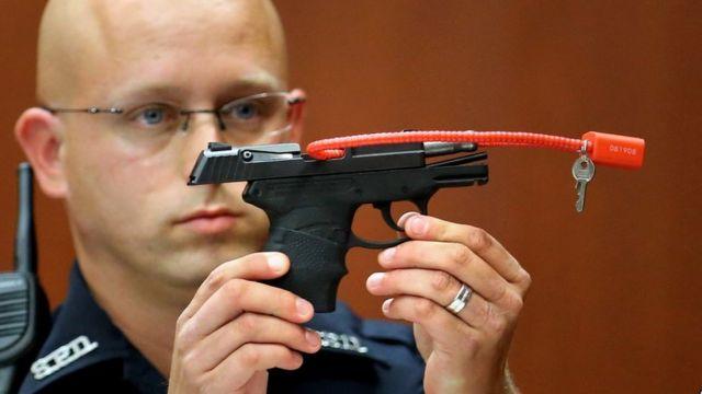 ジマーマン氏の裁判で、凶器を提示する警官(2013年6月)