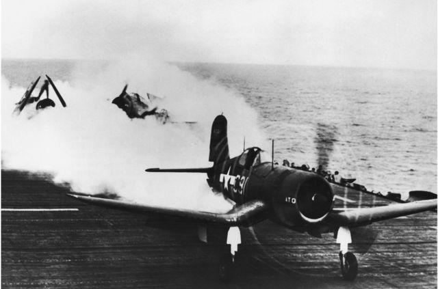 1944年10月,一架美國海軍戰鬥機在噴射器助推起飛後降落在一艘航空母艦的甲板上。