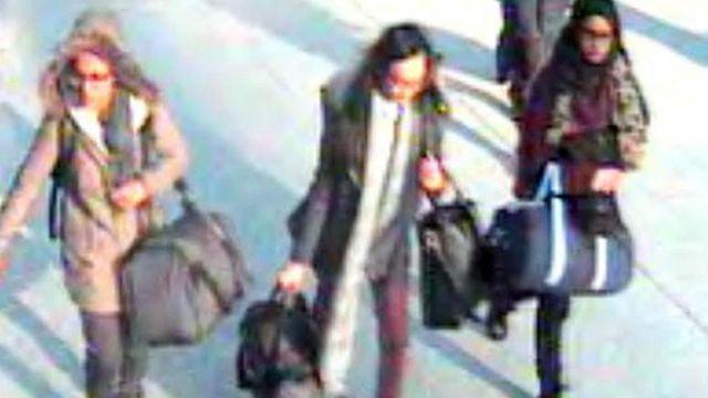 2015年,沙米瑪·貝古姆(右)和兩個女同學一起在機場