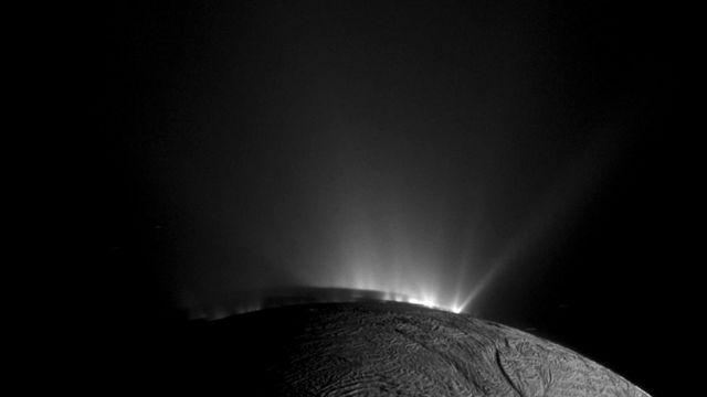Фонтаны воды на поверхности Энцелада, спутника Сатурна