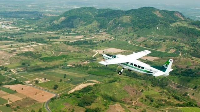 avión sobrevolando campo