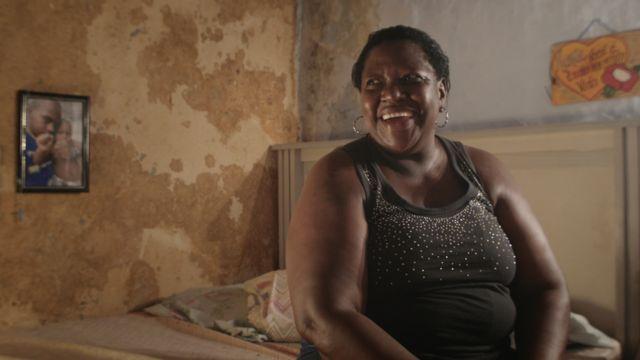 Elena Maria Duarte, mãe de Alan, em cena do documentário