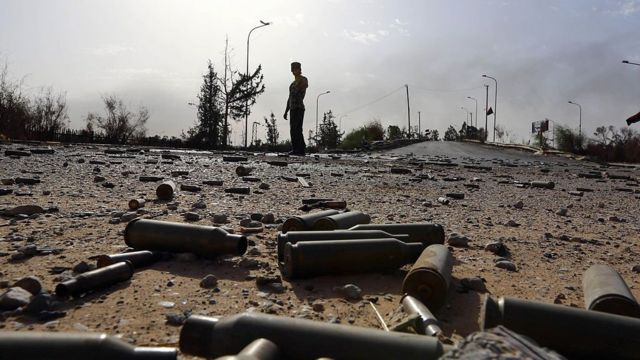 قذائف مدفعية مستهلكة تتناثر على الأرض في منطقة مطار طرابلس الدولي، في 21 أغسطس/آب 2014