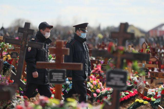 Policías en el cementerio de Novo-Talitskoye, Rusia, el 28 de abril de 2020.