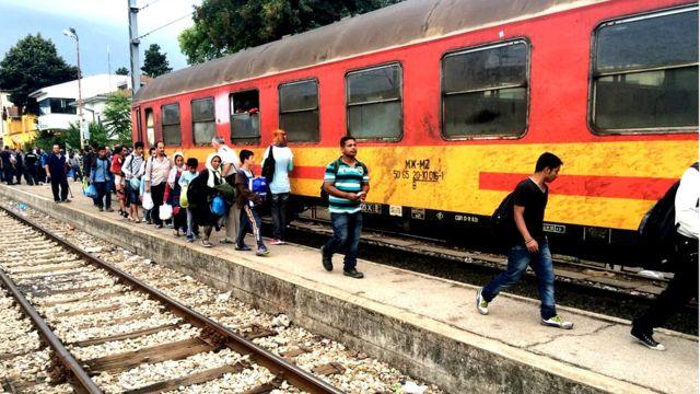 Migrantes subiendo a un tren