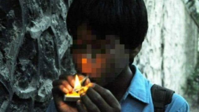 ड्रग्स घेताना मुलगा