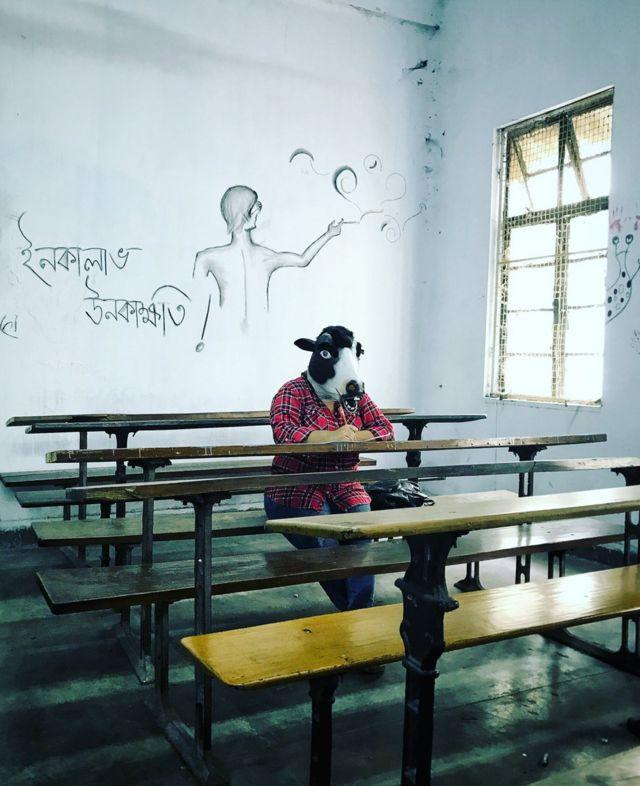 Женщина в маске коровы в классе