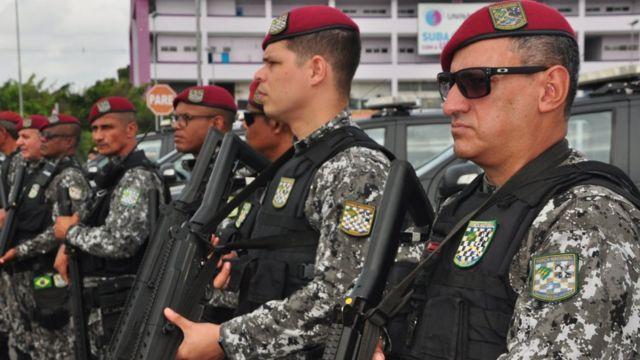 """Homens que participam do """"Em Frentre, Brasil"""""""