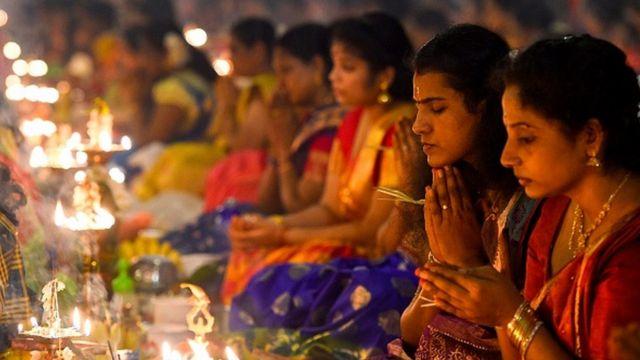 श्रीलङ्काको कोलम्बोस्थित हिन्दु मन्दिरमा प्रार्थना गर्दै भक्तजनहरू
