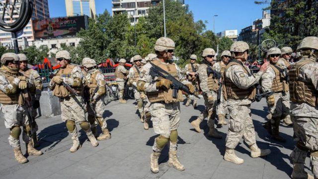 Militares en Santiago controlan el acceso a una de las estaciones de metro.